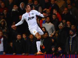 Robin van Persie springt een gat in de lucht nadat hij Manchester United op voorsprong heeft gezet tegen Crystal Palace (22-2-2014)