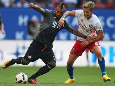 Arturo Vidal recibe con el Bayern a Luis Holty del Hamburgo. (Foto: Getty)