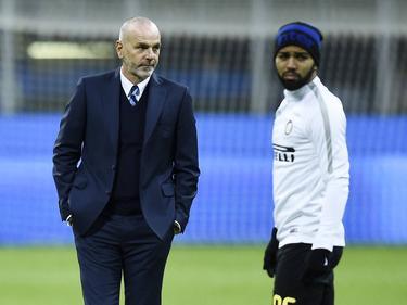Gabriel Barbosa (r.) moet het opnieuw doen met een rol als reserve bij Inter. Trainer Stefano Pioli (l.) laat de Braziliaan niet spelen. (29-11-2016)