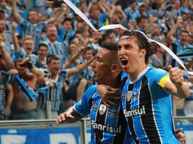 Lucas Barrios celebra con el público el pase a la siguiente ronda. (Foto: Imago)