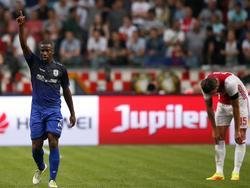 Mitchell Dijks (r.) zakt door de grond. Ajax speelt goed in de voorrondes van de Champions League, maar via Djalma (l.) kopt PAOK Saloniki op voorsprong. (26-07-2016)