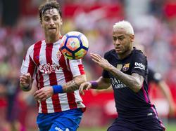 Fernando Amorebieta von Sporting Gijón im Zweikampf mit Neymar (24.09.16).