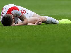 Augsburgs Jeffrey Gouweleeuw hat sich am rechten Knie verletzt