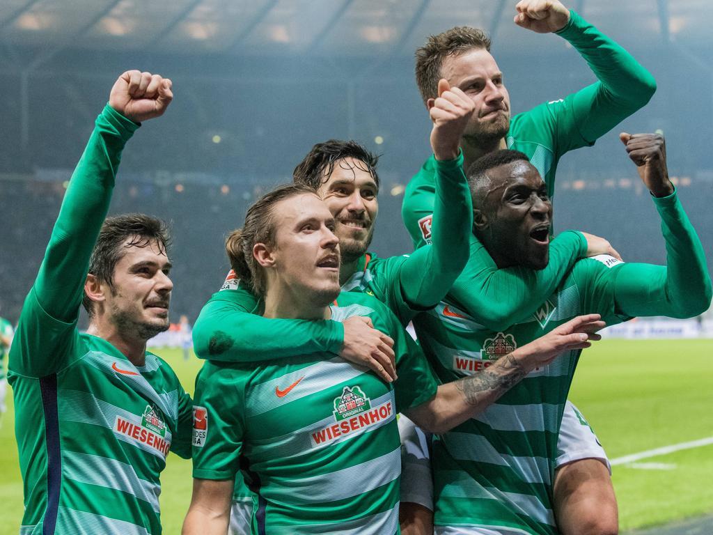 Max Kruse (2.v.l.) schoss Werder zum Sieg in Berlin