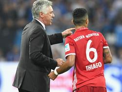 Carlo Ancelotti (l.) setzt beim FC Bayern auf Thiago