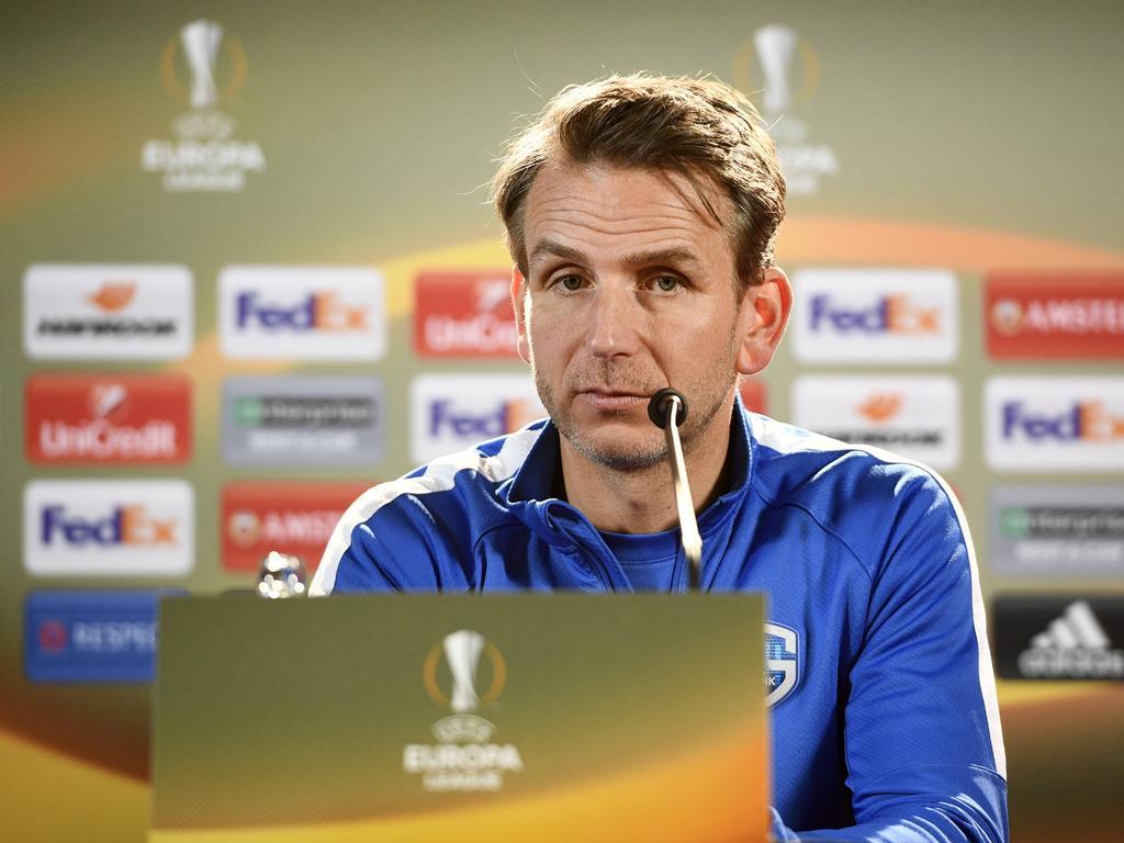 KRC Genk-trainer Albert Stuivenberg staat de media te woord in aanloop naar het Europa League-duel met Celta de Vigo (19-04-2017).