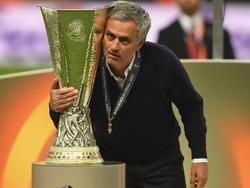 Mourinho posa con la copa conquistada en Estocolmo. (Foto: Getty)