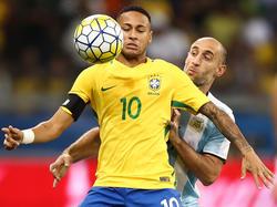 Neymar controla el cuero con el pecho ante Argentina. (Foto: Getty)