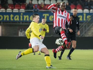 Mathias Pogba (r.) vecht een duel uit met Teun Sebregts (l.) tijdens het competitieduel Jong Sparta Rotterdam - UNA (26-11-2016).