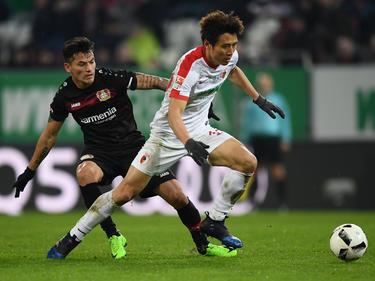 Ja-Cheol Koo (r.) bleibt dem FC Augsburg wohl erhalten