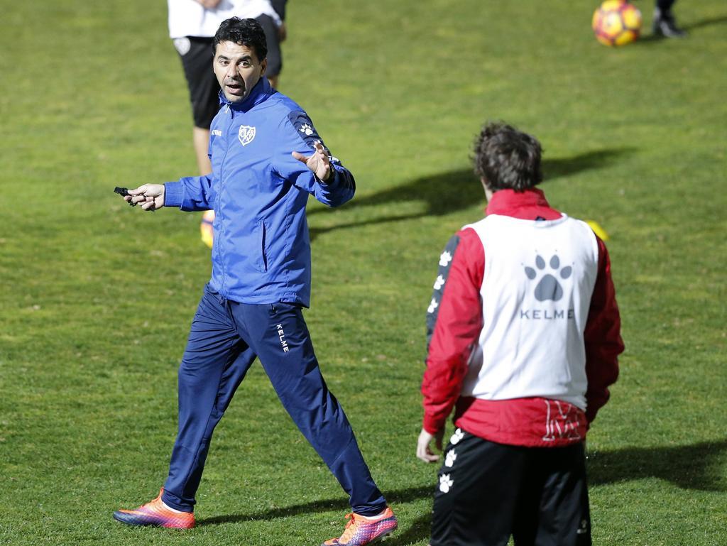 Míchel (izq.) en un entrenamiento con el Rayo. (Foto: Imago)