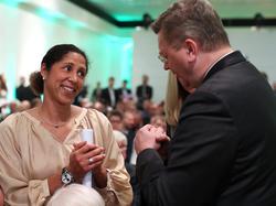 Steffi Jones (li.) wartet auf ein Zeichen von DFB-Boss Grindel (re.)