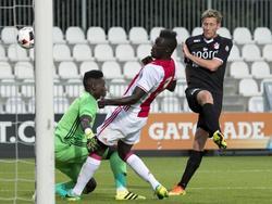 Rogier Krohne (r.) haalt uit namens FC Emmen. De aanvaller wordt daarbij gehinderd door André Onana (l.) en Davinson Sánchez (m.) van Jong Ajax. (08-08-2016)
