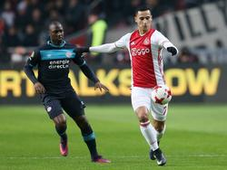 Anwar El Ghazi (r.) wordt aangespeeld en wordt verdedigd door Jetro Willems (l.) tijdens de topper Ajax - PSV. (18-12-2016)