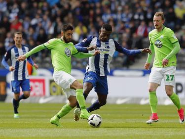 Wolfsburgs Yunus Mallı im Zweikampf mit Herthas Salomon Kalou