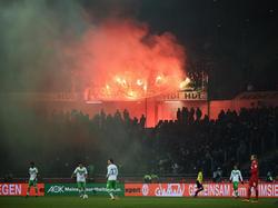 In Hannover brannten die VfL-Fans Pyrotechnik ab