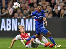 Anouar Kali (r.) vecht een duel uit met Kasper Dolberg (l.) tijdens het bekerduel Ajax - Willem II (21-09-2016).