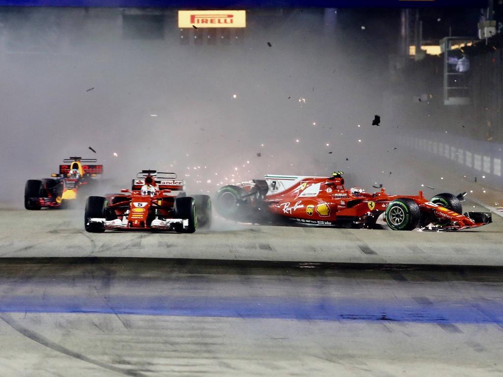 Einer der Aufreger 2017: Vettel crasht in Singapur mit Teamkollege Räikkönen (r.)