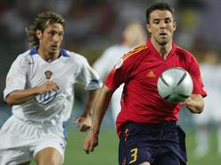Marchena (dcha.) en un duelo ante Rusia en la Eurocopa 2004 de Portugal. (Foto: Getty)