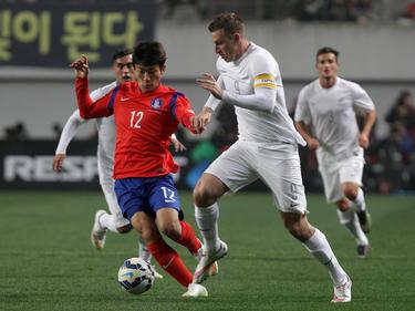 Südkoreas Han Kyo-Won (l.) im Zweikampf mit Neuseelands Christopher Wood