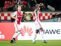 Ajax-verdediger Davinson Sánchez (r.) uit zijn respect voor de overleden spelers van Chapecoense na zijn doelpunt tegen FC Groningen. (04-12-2016)