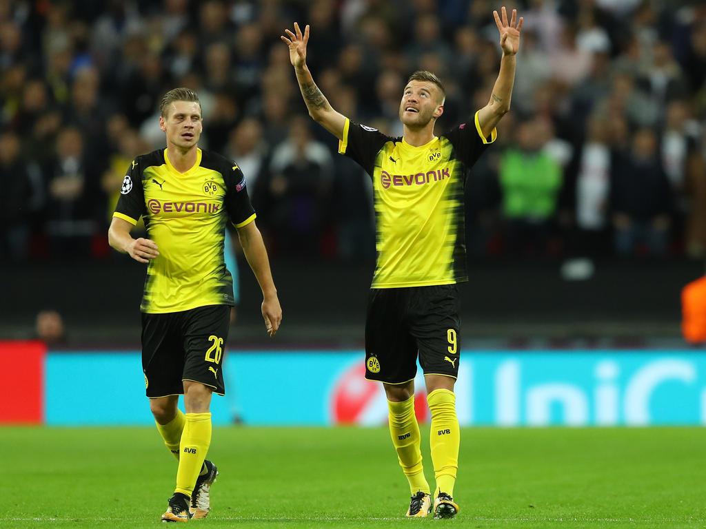 Andrey Yarmolenko (r.) feiert seinen Treffer im Wembley Stadium