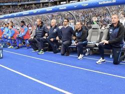 Kniefall-Protest: Die Hertha-Spieler vor dem Anpfiff gegen Schalke 04
