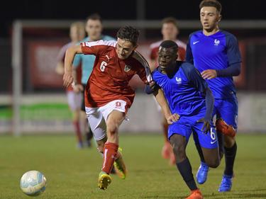 Vesel Demaku im Zweikampf beim U17-Länderspiel gegen Frankreich