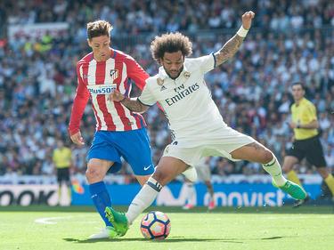 Torres y Marcelo disputan un balón (Foto: Getty)