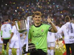 Iker Casillas pakt met Real Madrid de Copa del Rey in een 1-2 overwinning op FC Barcelona. (16-04-2014)