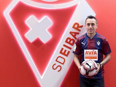 Orellana posa como nuevo jugador del Eibar junto al escudo. (Foto: Imago)
