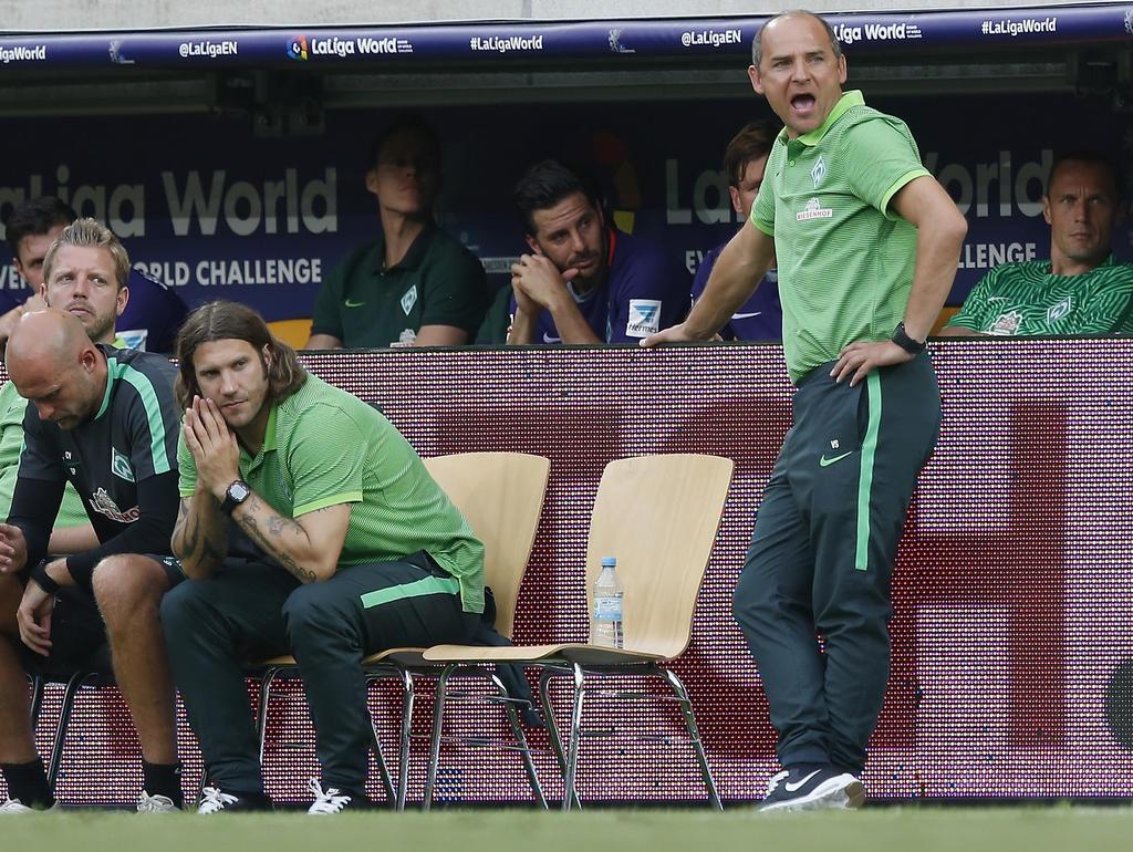 Viktor Skripnik (r.) hat beim SV Werder Bremen keinen leichten Stand