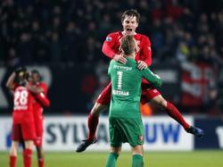 Nick Marsman wordt besprongen door Hidde ter Avest na het laatste fluitsignaal van de wedstrijd tegen Ajax. (11-12-2016)