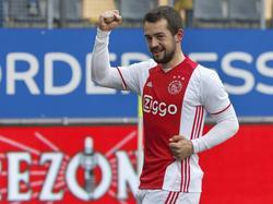 Amin Younes kan na achttien doelpuntloze Eredivisie-wedstrijden weer eens juichen. Hier viert hij de 2-0 tegen Roda JC. (05-02-2017)