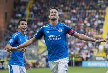 Marco van Ginkel (r.) is blij met de openingstreffer tegen NAC Breda. Hirving Lozano (l.) viert het feestje mee. (20-08-2017)