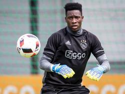 Doelman André Onana, derde keeper van Ajax, staat op de eerste training van zijn werkgever klaar om een bal te vangen. (29-06-2016)