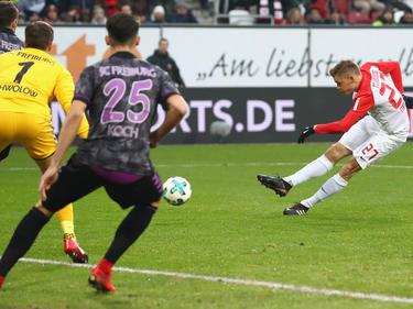 Augsburgs Alfred Finnbogason erzielte drei Treffer gegen Freiburg