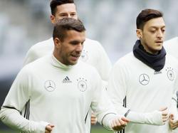 Steigt nun auch in die EM-Vorbereitung ein: Lukas Podolski (l.)