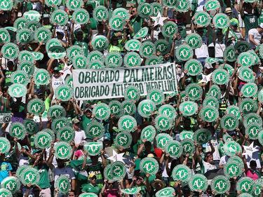 Fans del Chapecoense agradeciendo el detalles del Palmeiras en el amistoso de recuerdo. (Foto: Imago)