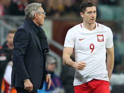 Nawałka (l.) setzt weiter auf seinen Star-Stürmer Lewandowski (r.)