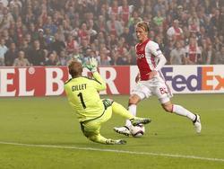 Kasper Dolberg (r.) moet snel handelen met de bal aan zijn voet, aangezien Jean-François Gillet (l.) al aan komt glijden tijdens de Europa League-wedstrijd Ajax - Standard Luik. (29-09-2016)