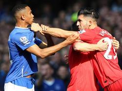 Im Hinspiel gerieten Evertons Brendan Galloway (l.) und Liverpools Emre Can aneinander