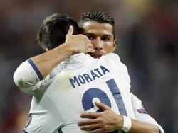 Cristiano Ronaldo en Álvaro Morata omhelzen elkaar tijdens het Champions League-duel van Real Madrid met Sporting CP. (14-09-2016)
