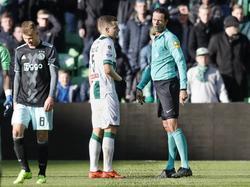 Met een blik brengt scheidsrechter Bas Nijhuis (r.) Samir Memišević (m.) tot kalmte. De verdediger van FC Groningen krijgt tegen Ajax in de slotfase rood, na een charge op Daley Sinkgraven (l.). (05-03-2017)