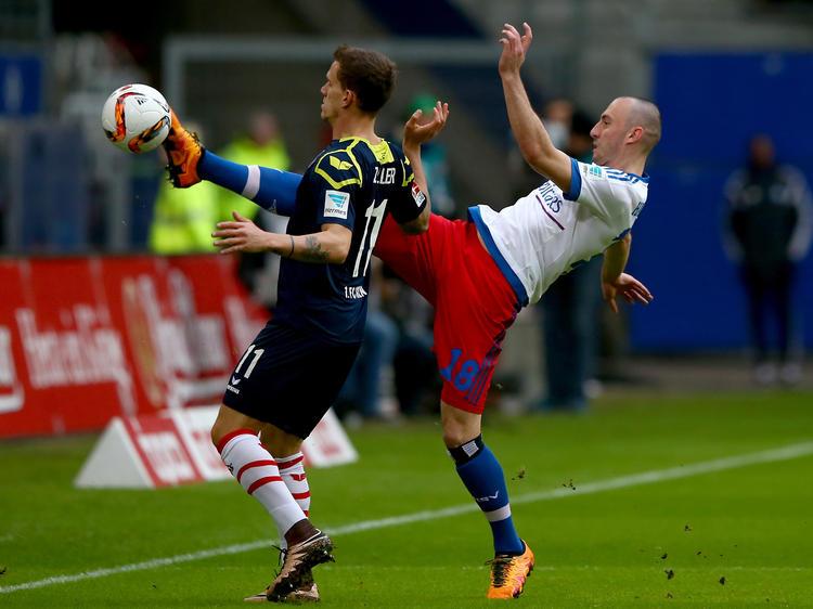 Josip Drmic spitzelt Simon Zoller den Ball im Spiel zwischen dem Hamburger SV und dem 1. FC Köln vor der Nase weg.