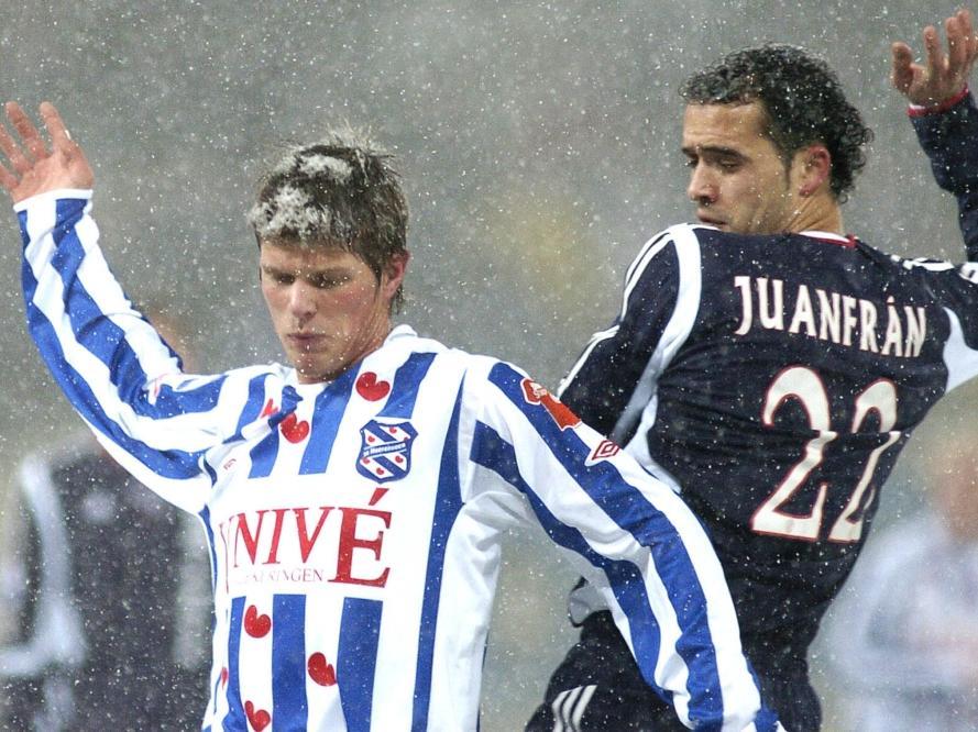 Juanfran (r.) probeert Klaas Jan Huntelaar van de bal te zetten tijdens sc Heerenveen - Ajax. (30-12-2005)