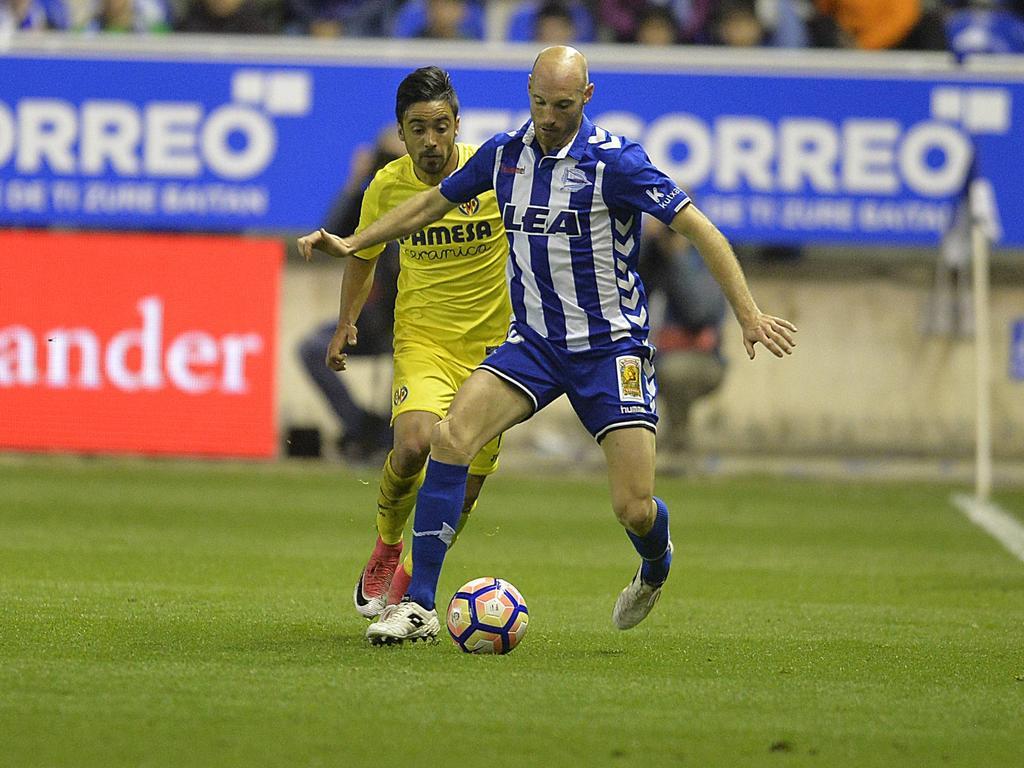 Jaume Costa (izq.) presiona a Toquero para que no pueda avanzar. (Foto: Imago)