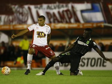 Davinson Sánchez (r.) probeert Ramón Abila (l.) van de bal te zetten tijdens het duel in de Copa Libertadores tussen Huracán en Atlético Nacional (24-02-2016).