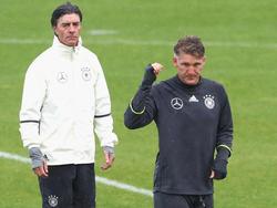 Bundestrainer Löw (l.) stellt Bastian Schweinsteiger (r.) einen Einsatz gegen Nordirland in Aussicht
