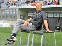 Freiburgs Trainer Christian Streich nachdenklich am Spielfeldrand